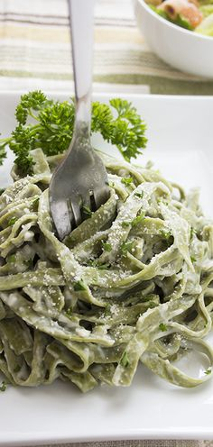 Just to be clear, the recipe is only for the sauce. You have to find a healthier version of noodles yourself. Here they used spinach pasta. // Needing your pasta fix? Check out how to make fettuccine alfredo healthier for your entire family. Healthy Cooking, Healthy Snacks, Healthy Eating, Cooking Recipes, Pasta Recipes, How To Make Fettuccine, Fettucine Alfredo, Spinach Fettuccine, Vegetarian Recipes