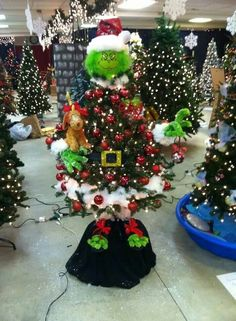 grinch christmas tree Grinch Themed Christmas Tree - 19 Most Creative Kids Christmas Trees on Pretty My Party Mickey Mouse Christmas Tree, Funny Christmas Tree, Whoville Christmas, Christmas Trees For Kids, Xmas Tree, Christmas Holidays, Christmas Wreaths, Themed Christmas Trees, Christmas 2019