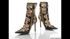 En fotos: el glamour de la moda italiana | Botas con tacos de aguja de cuero negro, bordadas en oro, blanco y rosado. Dolce & Gabbana 2000. Foto © Victoria and Albert Museum, London