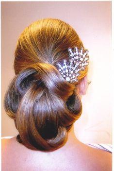 El peinado que vas a llevar el día de tu boda es una pieza clave más del conjunto del estilismo. Opta por peluqueros con experiencia en novias...