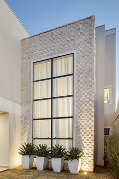 Com ambientes integrados e linhas retas, sem telhado aparente, a contemporaneidade marca o projeto arquitetônico da casa de um casal jovem, elaborado pelo escritório Machado & Weiss Arquitetura…