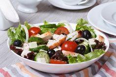 Przepis na Sałatka grecka z kurczakiem Grilled Shrimp, Grilled Chicken, Caprese Salad, Cobb Salad, Bulgur Salad, Chicken Gyros, Maggi, Kalamata Olives, Tomatoes