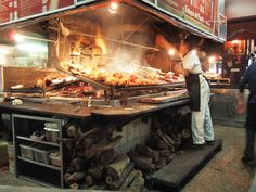 El aroma amaderado, mezclado con el olor de la carne, emana del mercado de los bloques.
