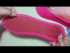 This Pin was discovered by HUZ Today, we are going to teach you how to crochet these lovely women's shoes on soles. Crochet Boots, Crochet Gloves, Crochet Slippers, Crochet Baby, Knit Crochet, Sock Shoes, Baby Shoes, Fashion Bags, Fashion Shoes