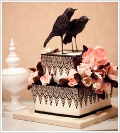Love everything about this ravens, lace and floral goth cake. Pretty Cakes, Beautiful Cakes, Amazing Cakes, Take The Cake, Love Cake, Bird Cakes, Cupcake Cakes, Cupcakes, Bolo Laura