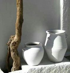 drift wood and white pottery Greek Garden, Greek House, White Pot, Garden Urns, Mediterranean Style, Interior And Exterior, Pots, House Design, Pure Products