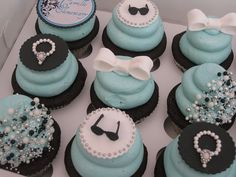 'Breakfast at Tiffany's' cupcakes!  Look at those DETAILS!! <3
