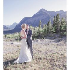 The Canadian Rockies: unlike any other place on earth. Find this romantic shoot on the blog today!   Photo:  @nicole.fieldphotography // Dress: @cameoandcufflinks // Hair: @carrie_apuzzo // Tap for all vendors!  #rmbGEMvendor