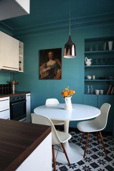 Du bleu jusqu'au plafond, des carreaux de ciment et une ancêtre chinée...