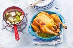 Recept voor: Kip met in wijn gestoofde prei & tijm | 1. Verwarm de oven voor op 180 °C. Verwijder het elastiek van de kip. Snijd de knoflook fijn. Maak met een lepel wat ruimte tussen het vel en het vlees van de kip. Begin aan de zijkanten net boven de poot en werk richting  …