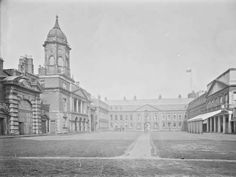Dublin Castle was the focal point of British rule in Ireland. Here is the Castle Yard as it was in the early century. Old Pictures, Old Photos, Irish Independence, Dublin Castle, Local History, Dublin Ireland, Britain, Places To Visit, City