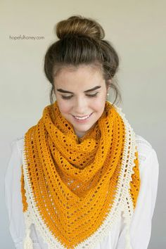 A free crochet pattern of a scarf. Do you also want to crochet this Triangle Scarf? Read more about the Free Crochet Pattern Honey Bird Triangle Scarf. Crochet Triangle Scarf, Crochet Shawl Free, Crochet Shawls And Wraps, Love Crochet, Crochet Scarves, Crochet Clothes, Knit Crochet, Ravelry Crochet, Triangle Pattern