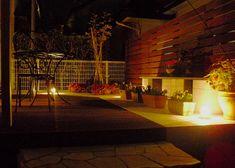 白とウッドのクローズエクステリア 株式会社 Heal The Garden 神奈川県T様邸 Spectacular garden lighting by lighting professionals. Enjoy a dramatic, romantic, even mysterious scene comparing to a day time.
