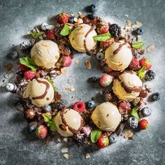 IJskrans met fruit en chocolade