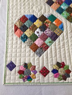 This particular thing is an unquestionably inspirational and remarkable idea Heart Quilt Pattern, Quilt Square Patterns, Pattern Blocks, Square Quilt, Patchwork Quilting, Scrappy Quilts, Mini Quilts, Quilting Board, Quilt Baby