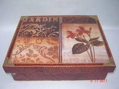Caixa grande em MDF para bijouteria, com decoupage em papel importado, e textura tipo couro. Na parte interna a caixa tem bandeja e divisões para miudezas. R$ 65,00