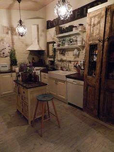 shabby chic,maalaisromanttinen,keittiö,ruokailutila,keittiönkaapit