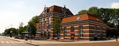 Aan het Stationsplein in Tiel ligt het Station Tiel, de aankomstplek van de trein uit Utrecht en Arnhem, gebouwd en geopend in 1882. Het station is een Standaardtype Sneek gebouw. Het rare is dat Station Sneek een jaar later in 1883 geopend werd. Het heeft in de loop der tijd wel de nodige veranderingen ondergaan echter het gebouw is hetzelfde gebleven. In 1997 sloot de stationsrestauratie en het loket, daarvoor in de plaats kwam een Wizzl, waar alles veel duurder was en een stuk minder te…