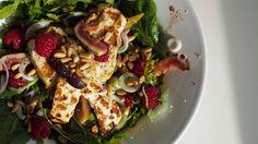 Suussasulava salaatti :  Pinaattia Rucolaa Avokadoa Paistettua halloumia Paahdettuja pinjansiemeniä Vadelmia Viikunaa tai muuta makeaa hedelmää viipaleina Kevätsipulia Oliiviöljyä Balsamicoa Suolaa&Pippuria