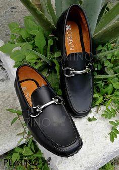 """Calzado Mocasín Negro con diseño de ribete frontal, en piel genuina con suela de cuero, Artículos hechos en México por la marca """"Moon & Rain"""" y de venta exclusiva en """"Tiendas Platino"""" #TiendasPlatino #Moda #Hombre #Pantalón #Calzado #Mocasín #Outfit #Mens #Fashion #Dapper #Shoes #Ropa #México #Looks #Style #moonandrain #loafer"""