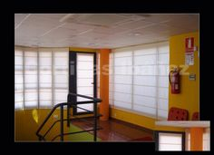 "Estores "" Romanos"" de loneta 50/50 Alg/Pol. Montados en oficinas (Antigua estación del Empalme, Valencia, Ferrocarriles de Vía Estrecha (FEVE). Hemos adaptado a cada ventana o puerta el adecuado para cada lugar."