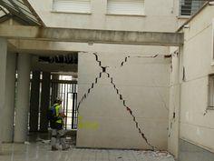 Grietas en un edificio de Lorca, a raíz del terremoto del 11 de mayo de 2011. La geometría en aspas de las grietas es característica de terremotos. Foto: J. J. Martínez-Díaz.