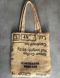 Een boodschappen tas van jute met of zonder voering. De tas is gemaakt van hergebruikte jute koffiezakken en de eventuele voering van reststoffen.