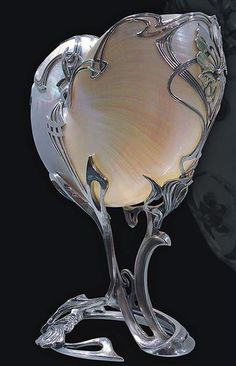 Art nouveau nautilus shell in silver :: I love the look of these but can't advocate selling them since I learned that they are driving the animal into extinction for jewelry & decor. I propose that we create 'faux' Nautilus shells ♥ Muebles Estilo Art Nouveau, Art Deco Schmuck, Arte Art Deco, Architecture Art Nouveau, Design Art Nouveau, Jugendstil Design, Nautilus Shell, Vintage Stil, Art Moderne