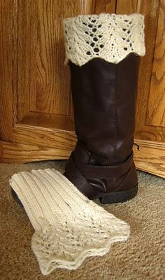 Helayne Crochet Passion: Feather Lace Boot Topper - free pattern by Paula McKeever Knitted Boot Cuffs, Crochet Boots, Knit Or Crochet, Crochet Crafts, Crochet Feather, Ravelry Crochet, Free Crochet, Loom Knitting, Knitting Socks