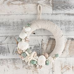 Welcome to the relaxed summer days when you make this DIY summer beach wreath. This wreath decorated with shells, starfish and pearls is the perfect addition to your fron Coastal Wreath, Nautical Wreath, Seashell Wreath, Beach Wreaths, Nautical Craft, Seashell Projects, Seashell Crafts, Beach Crafts, Summer Diy