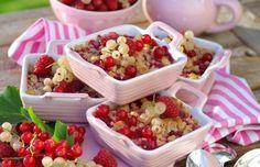 Smulpaj med hallon och vinbär som får sin härligt ... Acai Bowl, Strawberry, Fruit, Breakfast, Food, Acai Berry Bowl, Morning Coffee, Essen, Strawberry Fruit
