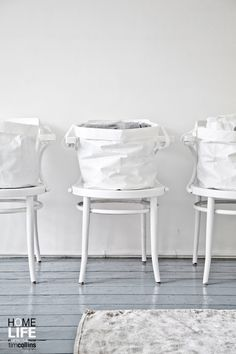 The folds in the baskets add so much depth Méchant Design: white & wood mood Shades Of White, Grey And White, Pure White, Snow White, Interior Stylist, White Wood, Scandinavian Style, Wabi Sabi, Decoration