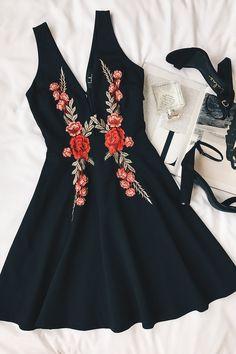 Romantic Rose Black Embroidered Skater Dress Prom Makeup For Red Dress black dress Embroidered Romantic rose Skater Look Boho, Look Chic, Mode Outfits, Fashion Outfits, Fashion Trends, Dress Fashion, Fashion Styles, Fashion Clothes, Fashion News