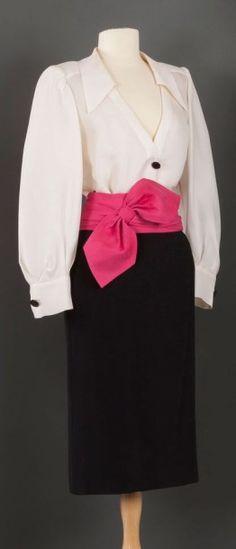 Yves SAINT LAURENT haute couture circa 1999 / 2000 Ensemble composé d'une blouse en gazar blanc, col pointu sur profond décolleté, boutonnage à deux boutons en galalithe, manches bouffantes à poignets… - Gros & Delettrez - 21/03/2016