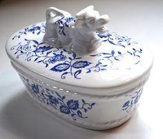 Blue and White Transferware Figural Resting Cow Topped Lidded Butter Dish Tub Box or Tea Caddy Blue Danube China, Blue And White China, Blue China, China Girl, Vintage Cups, Vintage Dishes, Cheese Dome, Blue Onion, English Decor
