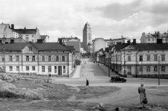 Näkymä pitkin Suonionkatua Kallion kirkolle 1950-luvulla. (Kuva Hgin kaupunginmuseo, Eino Heinonen).