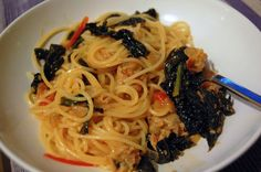 Facile e saporita ricetta di pasta con le verdure, in questo caso foglie di cavolo nero, che fuori stagione potete sostituire con altre verdure a foglia dal gusto deciso, come la catalogna