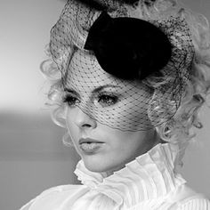 Simple fascinator, would look great with a sharp little suit.