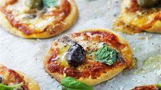 Smula ner jästen i en bunke och lös upp den med det ljumma vattnet. Tillsätt olivolja och salt.  Arbeta in mjölet i degvätskan i bunken och knåda till en smidig deg. Låt jäsa i en timme under handduk i rumstemperatur. Kavla ut degen och ta ut små pizzor med hjälp av ett glas. Lägg pizzorna på en plåt med bakplåtspapper. Lägg på lite pastasås, ost, sardeller och oliver.  Grädda i ugn på 225°C ca 5 minuter. Ringla lite olivolja över och garnera med basilika och svartpeppar. Avsluta med ...