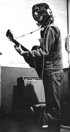 John Lennon playing one of his guitars during a recording session in the EMI Studio in London, England John Lennon Guitar, John Lennon And Yoko, John Lennon Beatles, Lennon And Mccartney, Linda Mccartney, Ringo Starr, George Harrison, Great Bands, Cool Bands