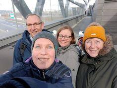 HAMBURG. GREETER: Nirgendwo strahlt der Himmel so schön grau wie in Hamburg! Zunächst ein ganz herzliches Dankeschön an unseren Greeter Hartmut, der uns mit seiner ruhigen entspannten Art so toll durch sein vielfältiges und spannendes Hamburg geführt hat. Wir haben viel Neues und Interessantes erfahren und das bei Schietwetter . Zu Fuß eroberten wir zunächst die Altstadt, dann ging es mit der U-Bahn zur neuen Haltestelle ,Hafen City'. Nach einem kurzen Stop im Maritimen Museum weiter auf Hamburg Hartmut, U Bahn, Small Groups, Winter Hats, Walking, Museum, People, Hamburg, Be Still