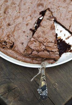 Lakritsimutakakku maistuu suklaalle ja lakritsille. Koostumukseltaan se on ihanan tahmea ja pehmeä. Anna kakun jähmettyä rauhassa ennen tarjoilua!