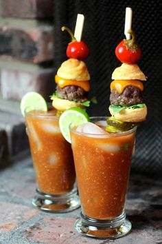 Cheeseburger Bloody Mary with Sweet Cherry Peppers and Bread and Butter Pickle Chips. (Recipe for Bloody Mary and Cheeseburger) Tapas, Yummy Drinks, Yummy Food, Super Bowl Essen, Party Deco, Bloody Mary Recipes, Cocktail Garnish, Fingerfood Party, Catering
