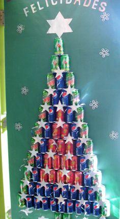 Puerta decorada con latas recicladas