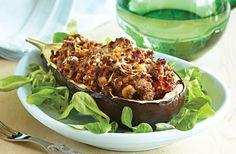 Grøntsager som aubergine, squash, peberfrugt og tomat er rigtig gode fyldt med kød og grønt. Her er det aubergine fyldt med hakket oksekød med champignoner, løg og rodfrugter.