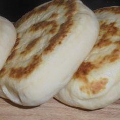 Questo pane è davvero una scoperta, velocissimo, versatile ma sopratutto non ha bisogno di lievitazione!!! Io li ho preparati in 15 minuti e sono piaciuti tantissimo !!!   Dosi: 4persone Preparazione: 15min Cottura:10 min Kcal: 100 g 237 Ingredienti: 250 g Farina Manitoba 150 g acqua 1 pizzico