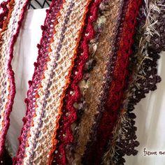 ■ こちらのページの作品はご予約品です ■ふんわりやわらかな毛糸でスヌードを編みました。七変化の花のような、ピンクやレッド、オレンジにやさしいピンクベージュを組み合わせた暖かい色調が、寒い冬もほっこりとさせてくれそうなかわいいスヌードです。 エクストラファインメリノに、ベビーアルパカのミックス糸でふっくらとしたやさしい手触りがとても心地よいです。 さらに、フェイクファーや色の移り変わるかわいいループ糸がかわいさと楽しさを感じさせてくれます。 ●● ランタナのスヌード <FI-070> ●●【色】ピンクベージュ, ピンク, 濃エンジ, オレンジ, パープル 他【素材】   メイン:ベビーアルパカ 30%, メリノウール 70%   その他:エクストラファインメリノ 100%   ループヤーン:モヘア 46%, アクリル 30%, ナイロン 12%, ポリエステル 12%   ファーヤーン:ポリエステル 100%【サイズ】幅:約18cm, 全長:約130cm