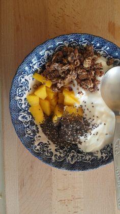 Iogurte com manga, granola e chia