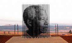 南アフリカ・ダーバン(Durban)の南90キロのホウィック(Howick)で公開された、獄中のネルソン・マンデラ(Nelson Mandela)同国元大統領をイメージした彫刻作品