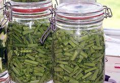 Recette de Comment faire des stérilisations (partie 1 : les légumes) Pickles, Preserving Food, Green Life, Base, Tupperware, Preserves, Cucumber, Pots, Buffet